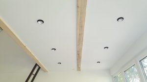 renoviranje kuce - spusteni plafon sa rasvetom i vidnim gredama
